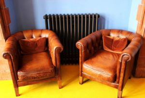 deux fauteuils club en cuir marron