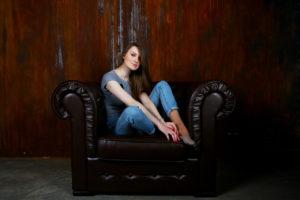 fille dans fauteuil club